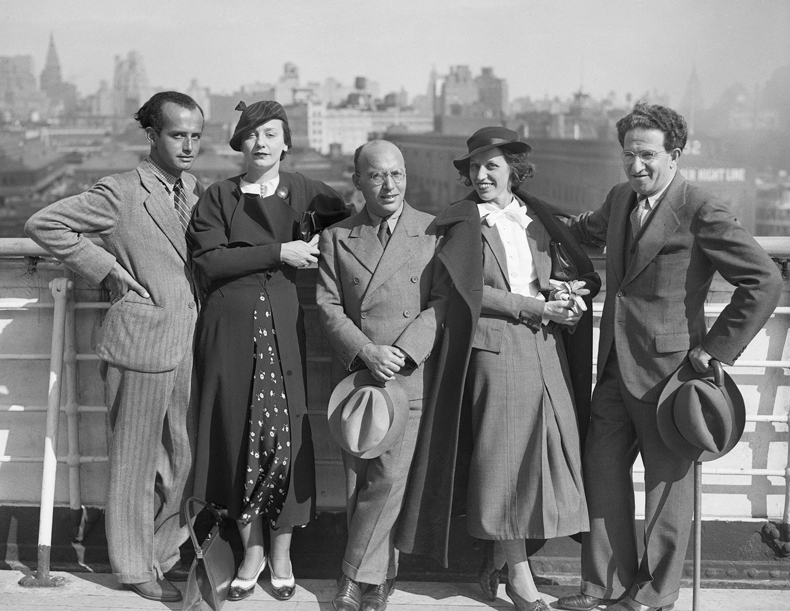 From left to right: Francesco and Eleonora Mendelssohn with Kurt Weil, Lotte Lenya, and theater producer Meyer Wolf Weisgal upon arriving in New York on October 10th, 1935 © corbis images